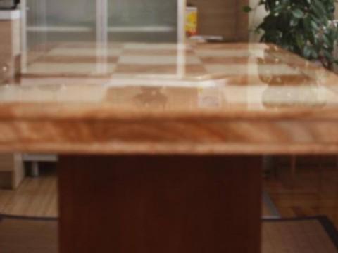Shes tavolinen prej mermeri