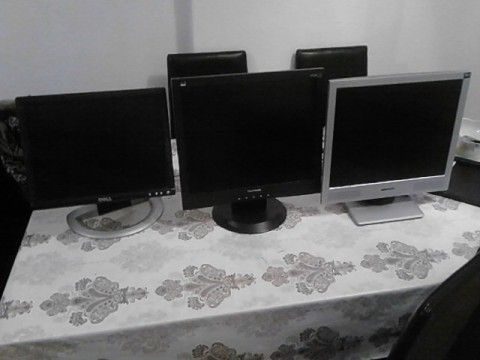 Shes tre monitora