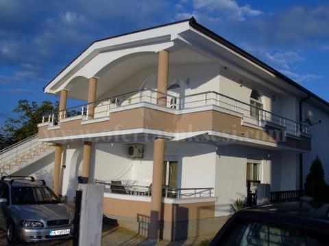 Shes shtepin 350m2 dy katshe me 5 ari truall  / Ulqin-Mali i Zi