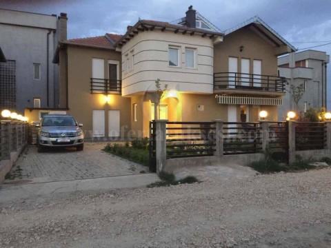 Shes shtepin 230m2 me 2 ari truall lagjja e re Uglar ne Fushe Kosove