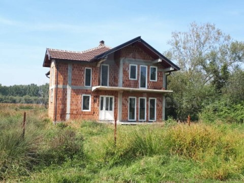Shes shtëpinë 200 m2 me 6 ari truall / Prizren