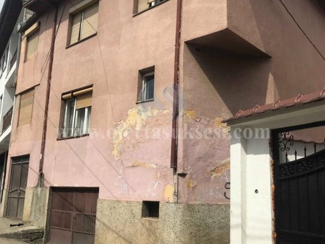 Shes shtepin dy katshe afersisht 250m2 me 1.5 ari truall  / Prizren