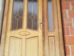 Shes dyer dhe dritare nga druri